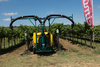 2 hands 2 hands folding Douro sprayhead - vineyard