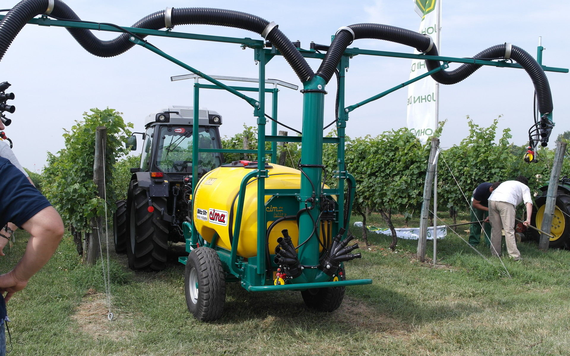 Trailed sprayer- 2 hands 2 hands folding Douro sprayhead - vineyard