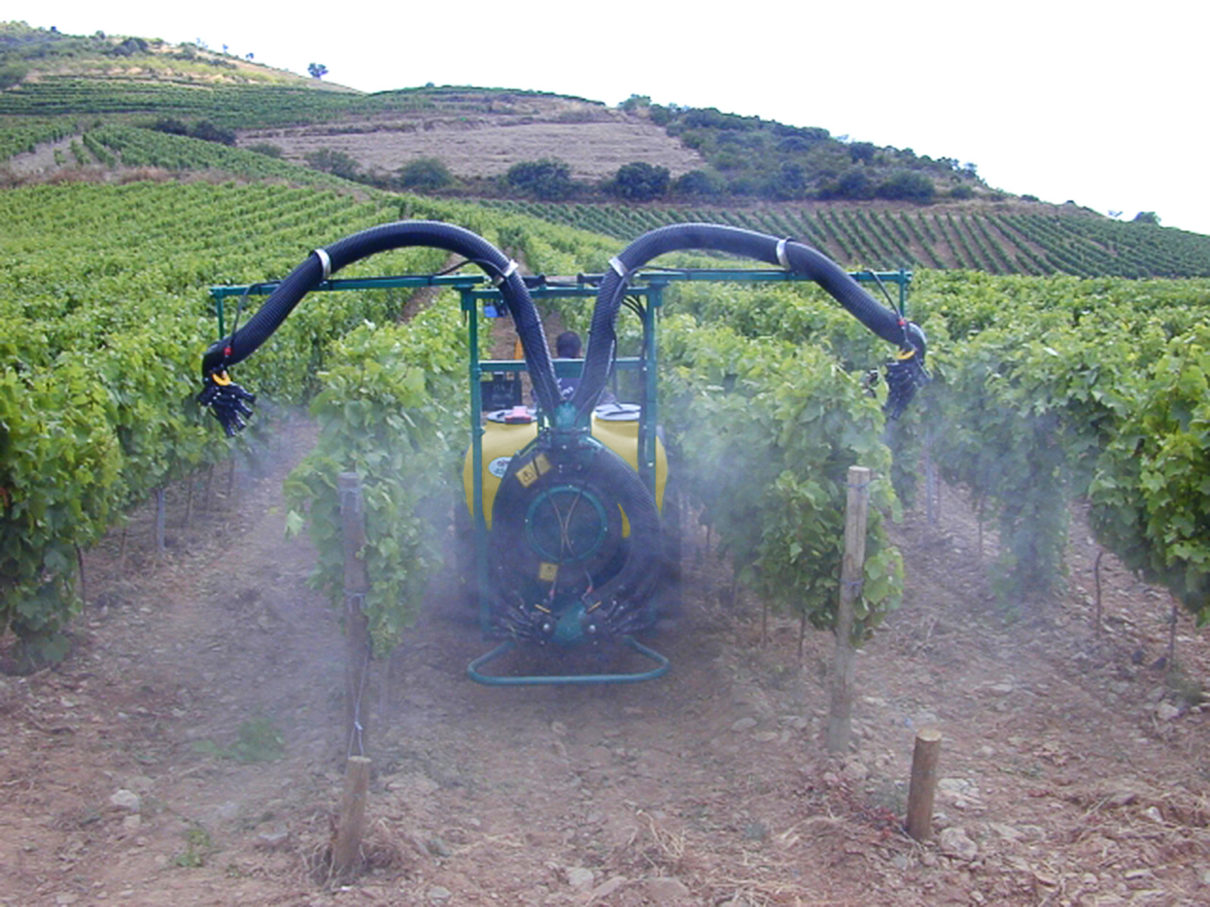 2 hands 2 hands folding Douro sprayhead - vineyard, Portugal